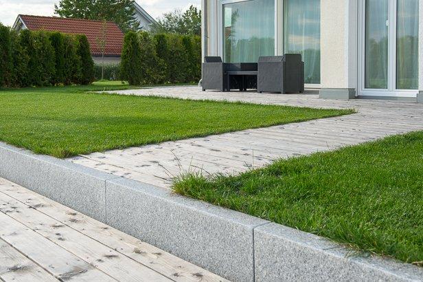 Holzterrasse und Gartenweg aus Holz in München