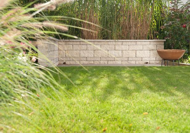 Gartenmauer aus Naturstein mit Feuerstelle