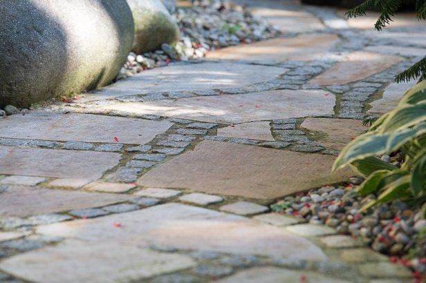 Steinweg mit Naturstein und Ornamenten in München