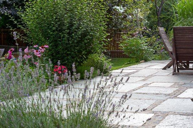 Steinterrasse mit Ornamenten und Randbepflanzung in München