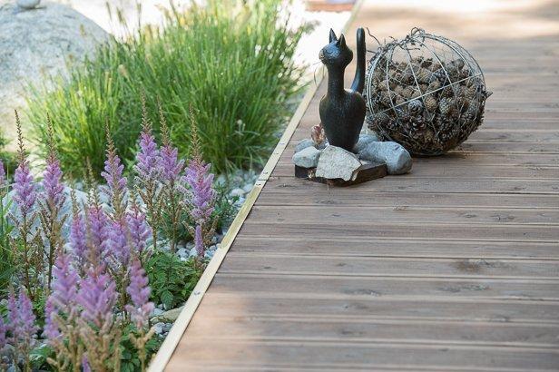 Holzterrasse mit moderner Dekoration in München