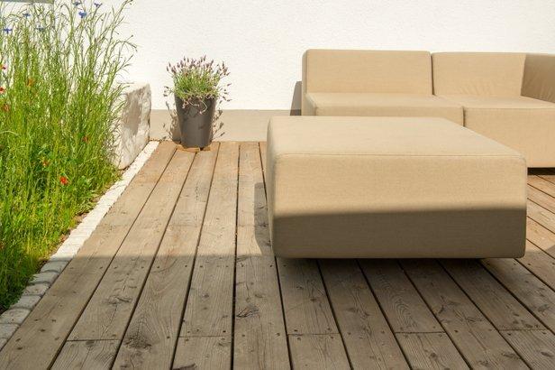 Holzterrasse mit passenden Gartenmöbeln in München