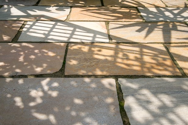 Steinterrasse mit Natursteinplatten