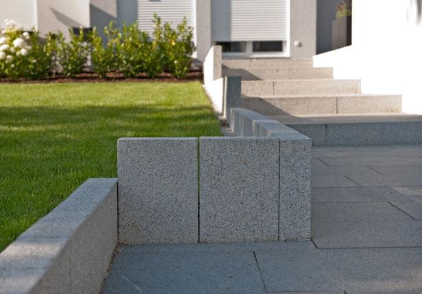 Gartentreppe mit Randstein in München