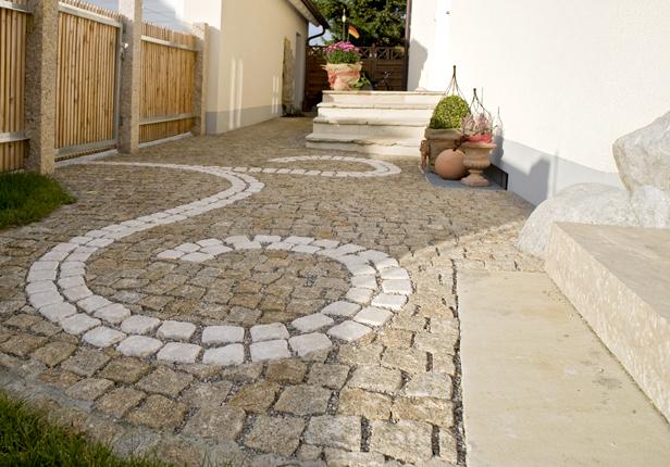 Gartenweg mit kreativen Ornamenten aus Naturstein in München