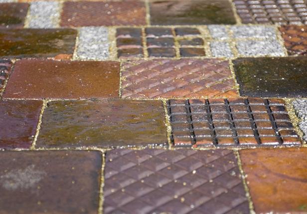 Gartenweg mit bunten Pflastersteinen