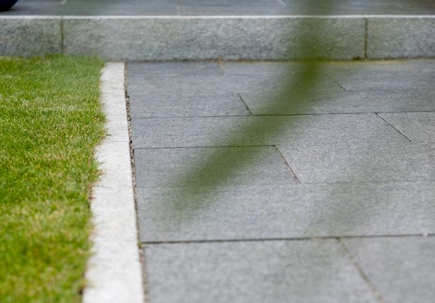 Gartenweg aus Natursteinplatten in München