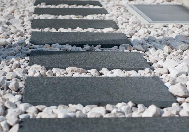 Gartenweg aus Steinplatten und Kies, München
