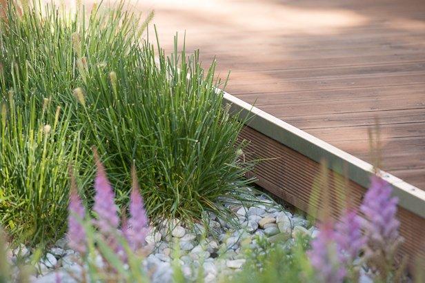 Holzterrasse mit moderner Randbepflanzung in München