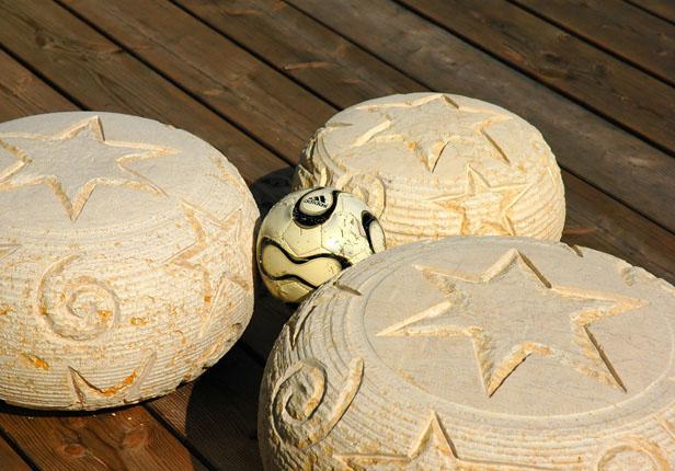 Holzterrasse mit Deko Steinen