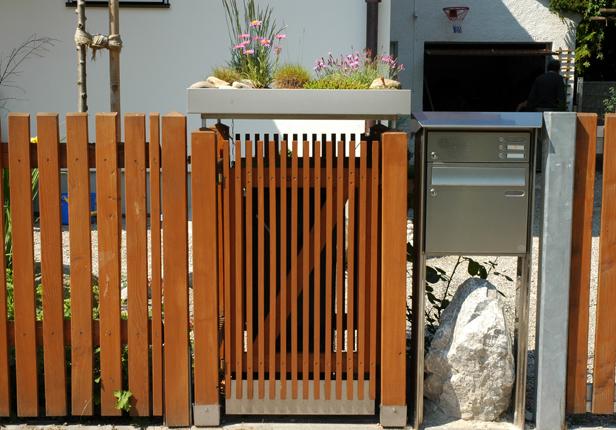 Mülltonnenbox mit Bepflanzung und Holzverkleidung