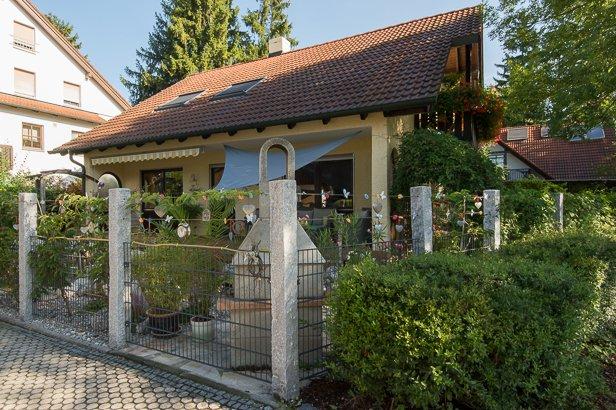 Neuer Gartenzaun für sonnigen Garten