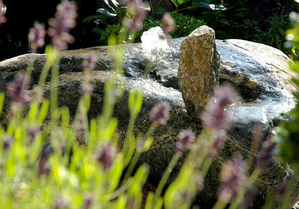 Quellsteinbrunnen im Garten in München