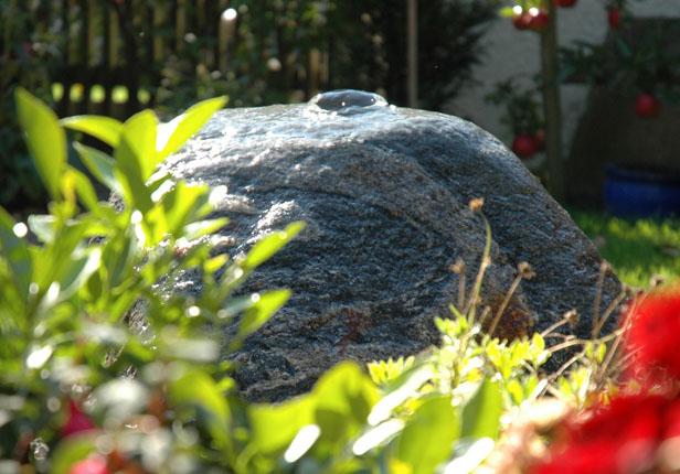 Sprudelstein im Garten in München
