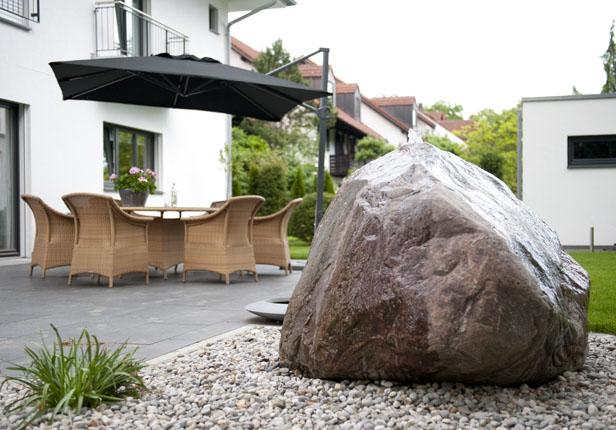 Quellsteinbrunnen im Garten München