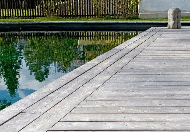 Schwimmteich mit Holzterrasse in München anlegen