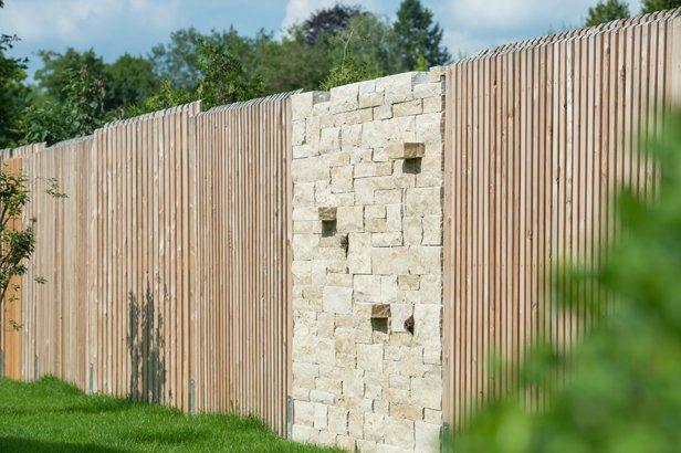 Beispiel Sichtschutz aus Holzzaun und Steinmauer gemischt
