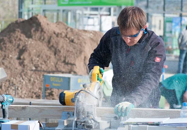 Holz bearbeiten für Umsetzung Holzkonstruktion der Gartengestaltung in München