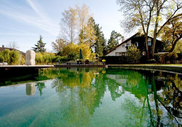 Großer Schwimmteich mit Sitzecke in München